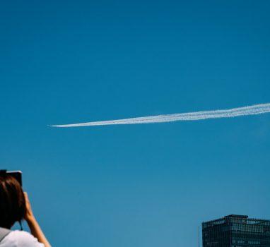 青空広がる東京上空でブルーインパルス #みてくれ太郎